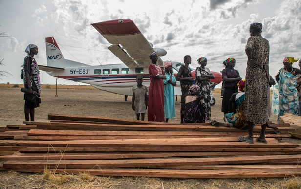 MAF pilot Reinier Kwantes lands at Motot in South Sudan to deliver wood planks for Tearfund's three new Nutrition Feeding Centers