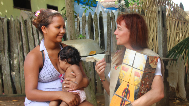 Josiele and her child from the Inanu community talking with Angela.