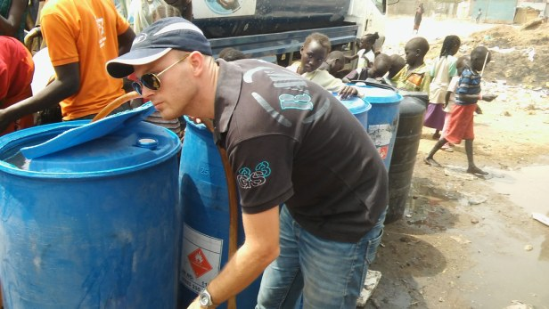 Wim Hobo delivering water to the refugees